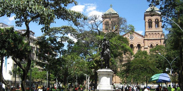 Resultado de imagen para Parque Bolívar y la Catedral:   medellin